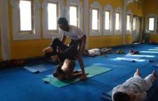 几个瑜伽动作有助于预防治疗椎间盘突出,瑜伽的理疗方法①加强腰部肌肉力量