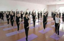 分享一套排毒养颜的瑜伽体式,瑜伽就可以帮助我们有效的排清体内的毒素。排