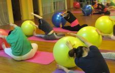 """在练习瑜伽前屈的时候肌腱拉伤是怎么回事,瑜伽前屈的时候,""""屁"""