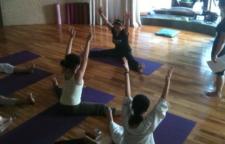 推荐3套增强力量的瑜伽序列,吸下犬式:从四脚板凳式伸直膝盖,臀部向上,