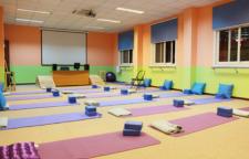 核心瑜伽序列练习,在这里保持8次快速呼吸。4、伸展双腿,感觉股四头肌和骨