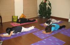 这样可以练习高难度的瑜伽动作,瑜伽砖,感觉不稳不好时,可以额头轻触瑜伽