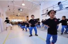 教儿童练习击剑——需要注意的几件事,击剑前应有充分的准备活动。准备活动