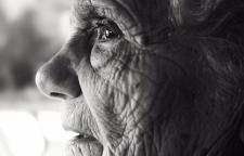 一辈子奋斗把儿女送出国留学,几十年后变空巢老人