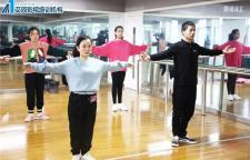广州表演艺考培训班,声乐+形体+武术五门课程1.台词课:腹式呼吸训练。唇舌