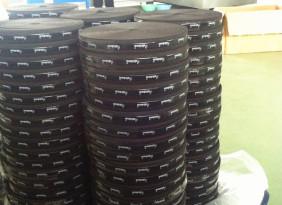 现货供应硅胶防滑橡筋,松紧带丝网印刷LOGO + silicon涂层背胶,