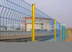 供应永久性围网 三角折弯护栏网 铁路护栏网 高速公路护栏网