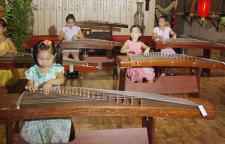 学古筝逐渐普遍 不分老幼都在学!